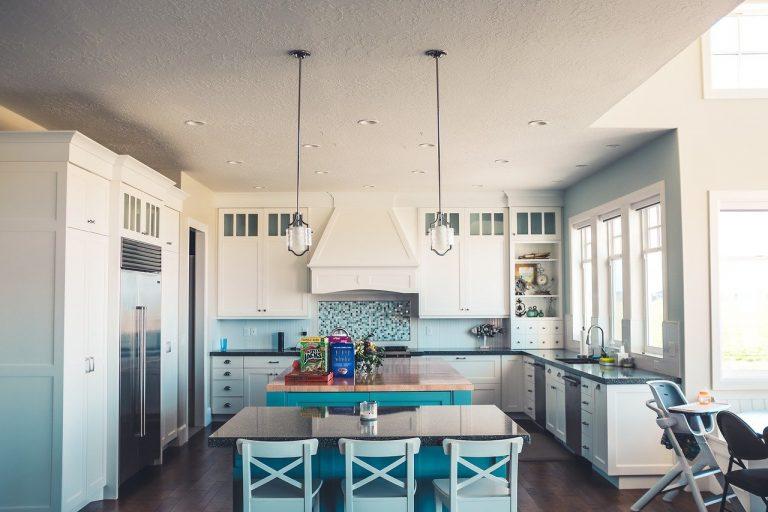 Imagem de uma cozinha americana bem iluminada e moderna.